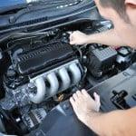 Mechaniker überprüft Motor Auto verkaufen